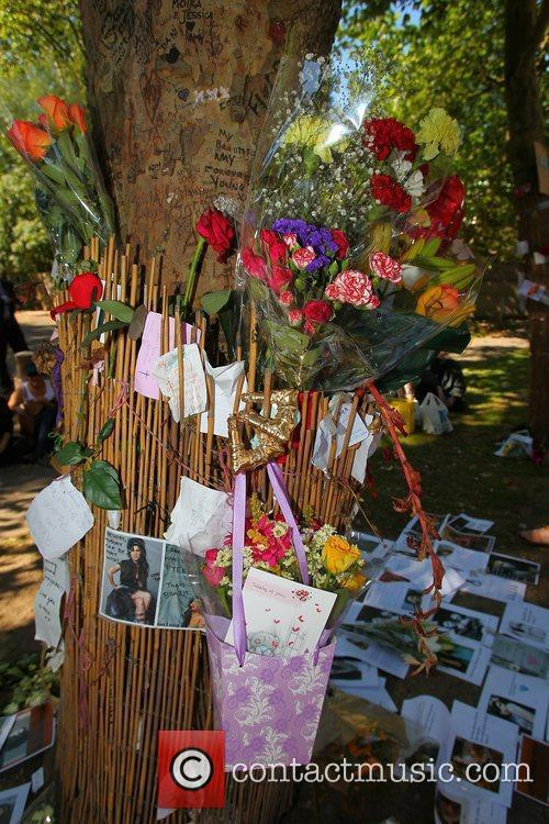 tributes outside amy winehouses house in camden 4003397