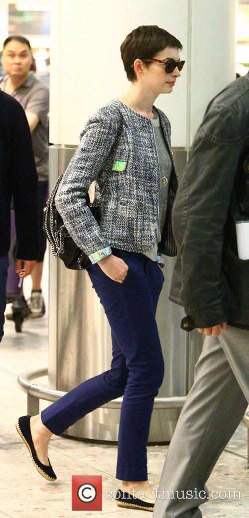 anne hathaway arriving at heathrow airport anne 3994545