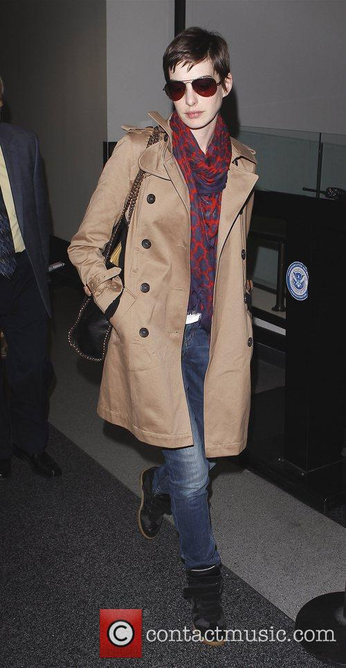 anne hathaway arriving at lax airport on 4092610