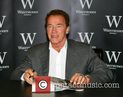 arnold schwarzenegger signs copies of his new 4127090