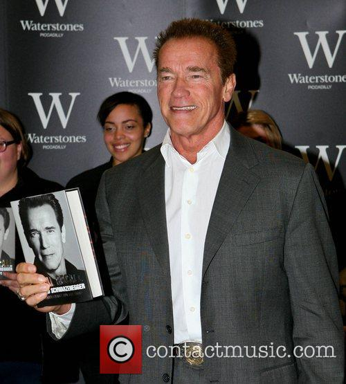 arnold schwarzenegger signs copies of his new 4127095