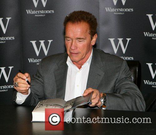 arnold schwarzenegger signs copies of his new 4127098