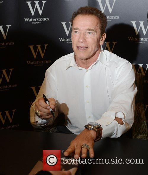 arnold schwarzenegger signs copies of his new 4127185