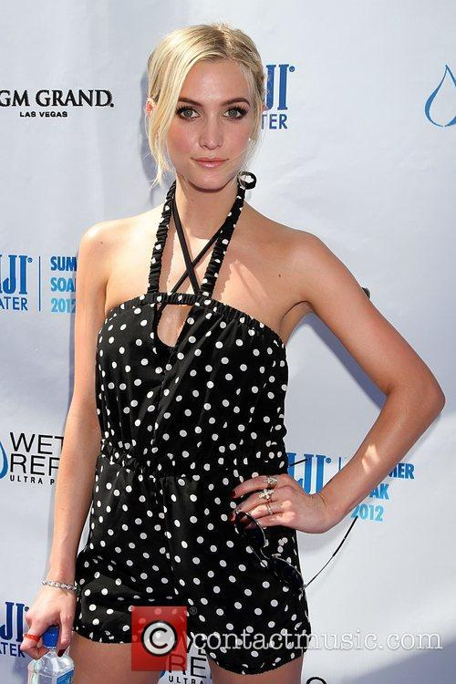 ashlee simpson hosts fiji water summer soak 5907557
