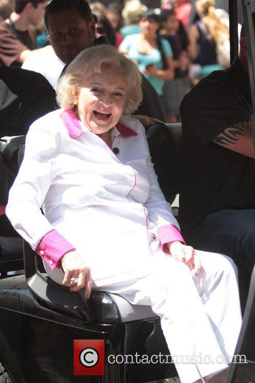 Betty White on Extra at The Grove