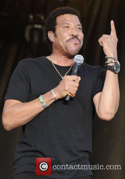 lionel richie performing at the 1st annual 4029995