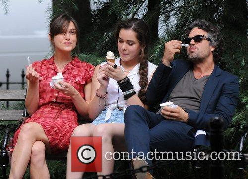 Keira Knightley, Hailee Steinfeld and Mark Ruffalo 8