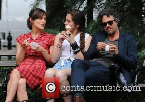 Keira Knightley, Hailee Steinfeld and Mark Ruffalo 10