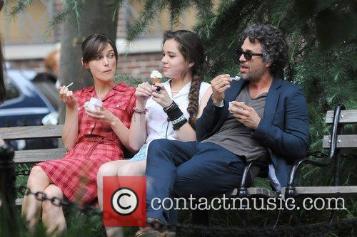Keira Knightley, Hailee Steinfeld and Mark Ruffalo 11