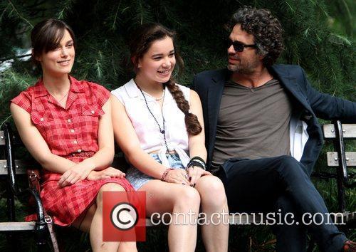 Keira Knightley, Hailee Steinfeld and Mark Ruffalo 4