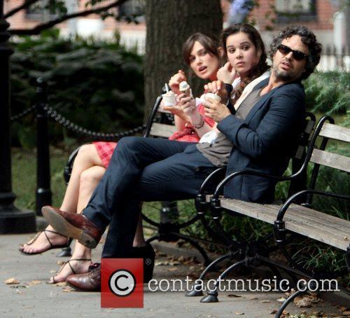 Keira Knightley, Hailee Steinfeld and Mark Ruffalo 5
