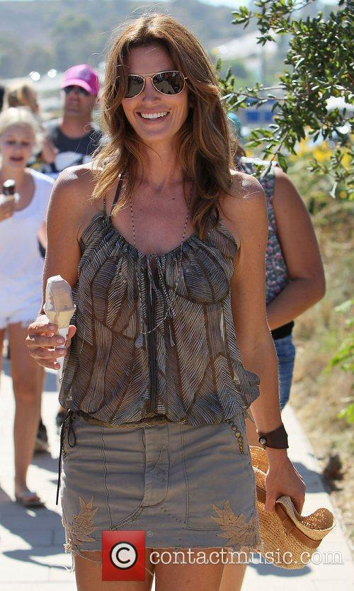 cindy crawford eating an ice cream at 4055811