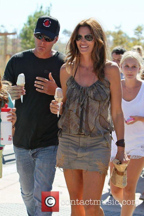 cindy crawford eating an ice cream with 4055821