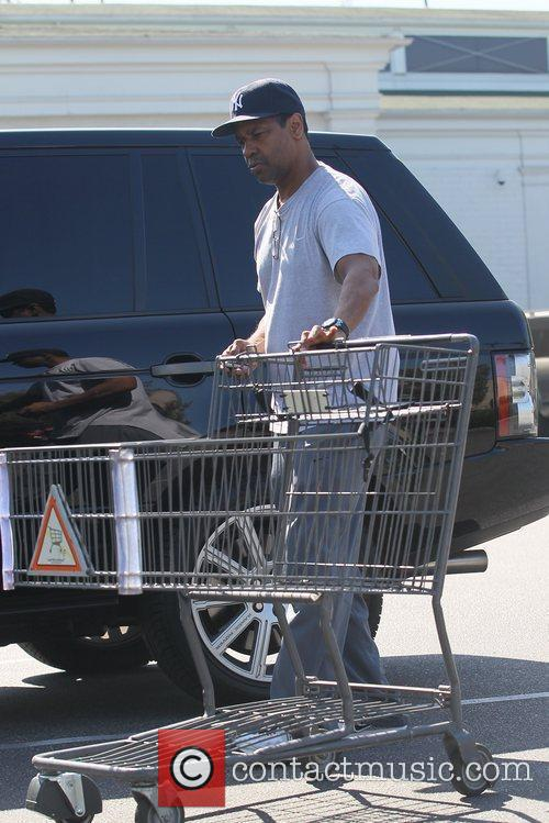 denzel washington does his weekly shopping at 5848522