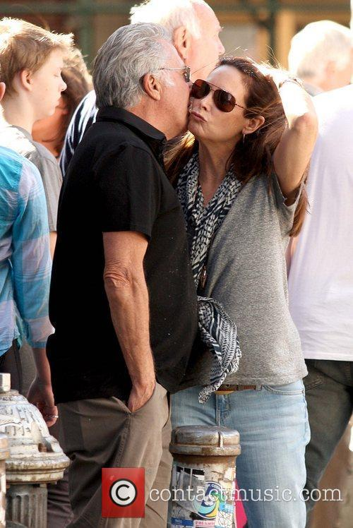 Dustin Hoffman kisses his wife on the cheek...