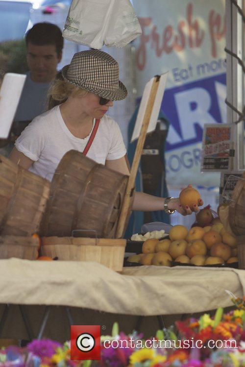 Elizabeth Banks and Farmers Market 27