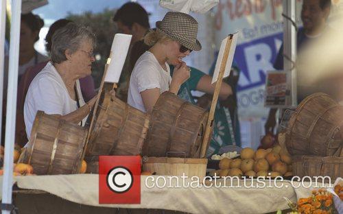 Elizabeth Banks and Farmers Market 33