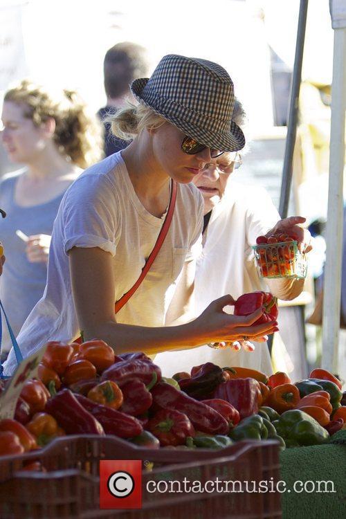 Elizabeth Banks and Farmers Market 12