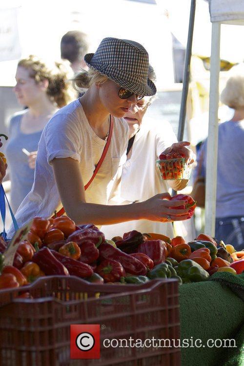 Elizabeth Banks and Farmers Market 30