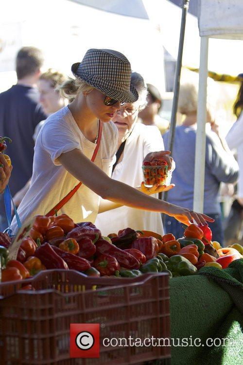 Elizabeth Banks and Farmers Market 19