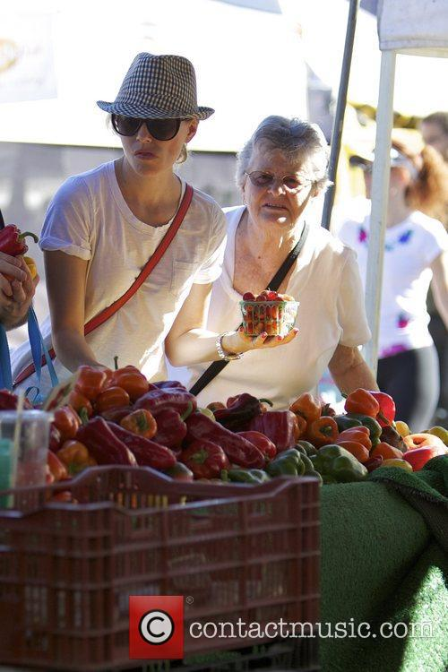 Elizabeth Banks and Farmers Market 22