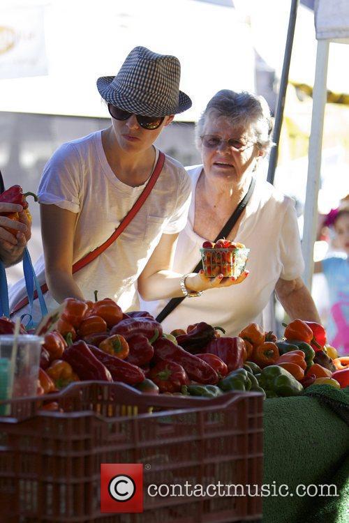 Elizabeth Banks and Farmers Market 16