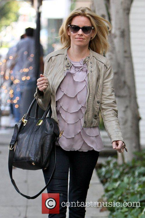 elizabeth banks carrying an oversized black handbag 5964464