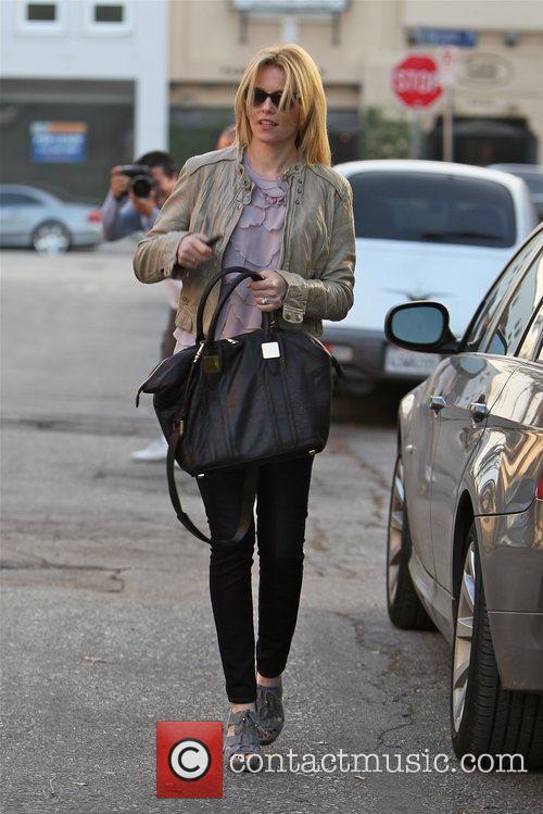 elizabeth banks carrying an oversized black handbag 5964469