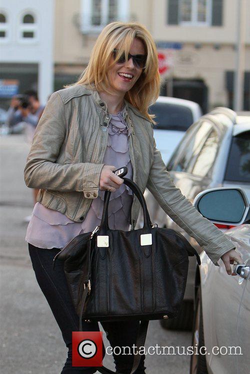 elizabeth banks carrying an oversized black handbag 5964473