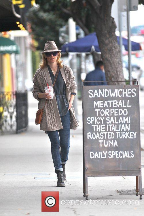 elizabeth banks out picking up coffee in 5790994