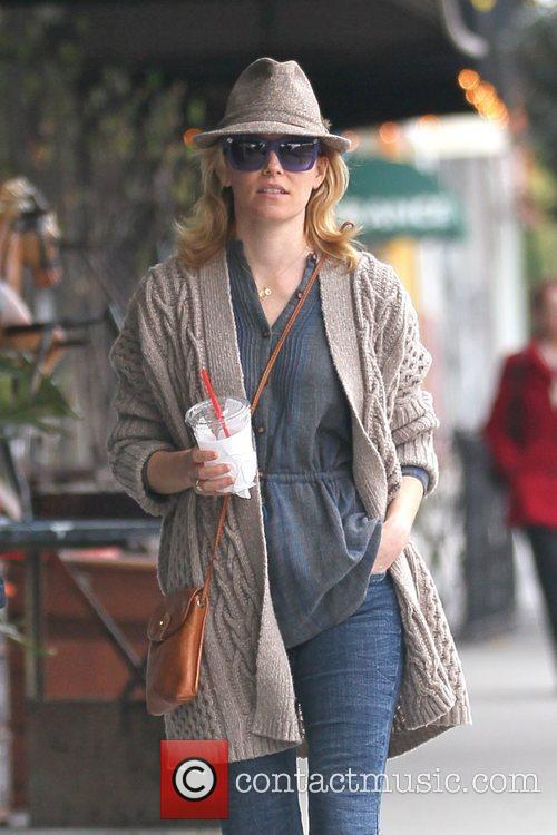 elizabeth banks out picking up coffee in 5791000