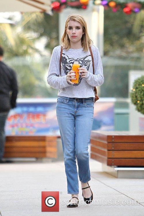 emma roberts seen getting a juice drink 3634516