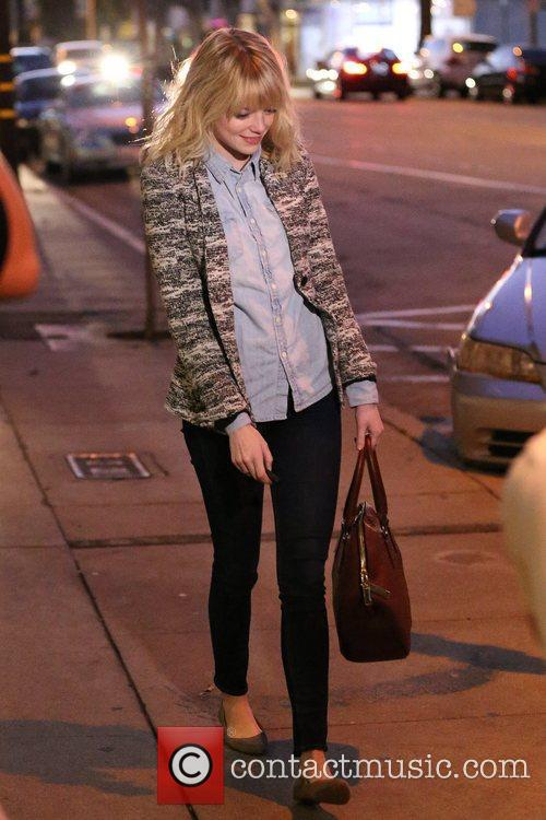 emma stone walks back to her car 5944398