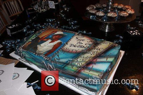 Atmosphere cake Evan Ross celebrates his 24th birthday...