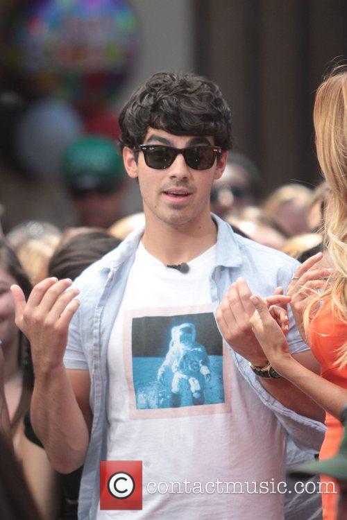 Nelly and Joe Jonas 32