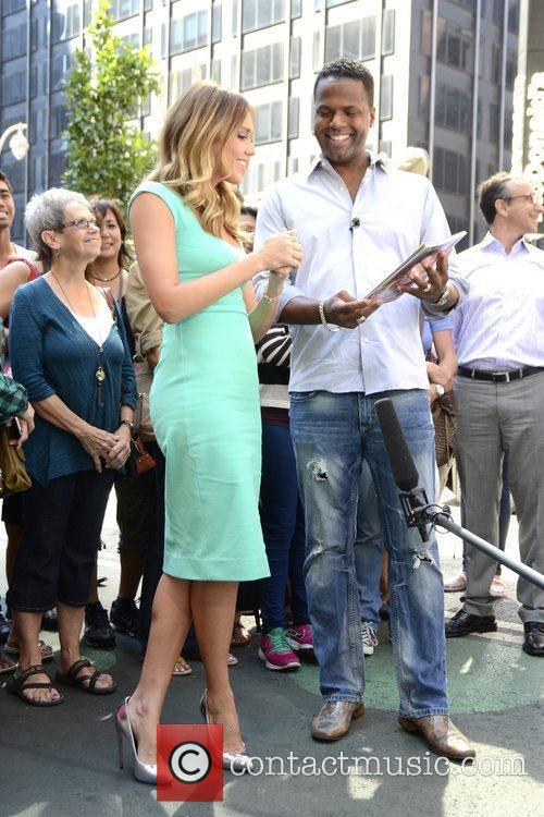 jessica alba appears on extra in manhattan 5910930
