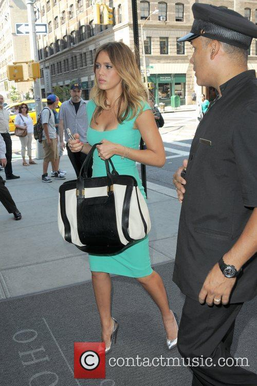 jessica alba appears on extra in manhattan 5910953
