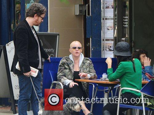 gail porter chatting to friends in hampstead 3987726