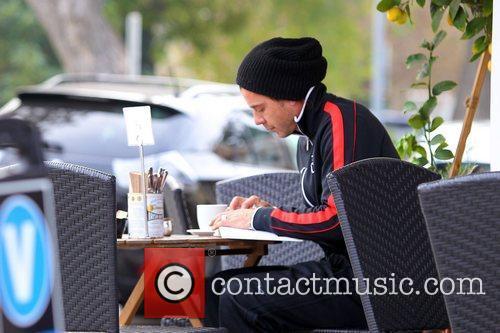 gavin rossdale reads at a cafe in 5958859