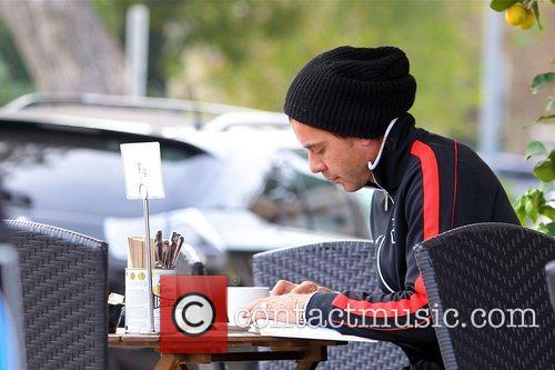 gavin rossdale reads at a cafe in 5958861