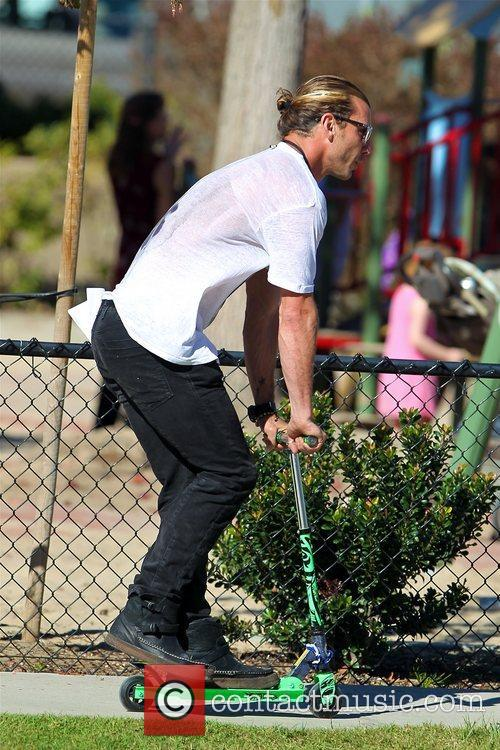 gavin rossdale riding one of his sons 5956744
