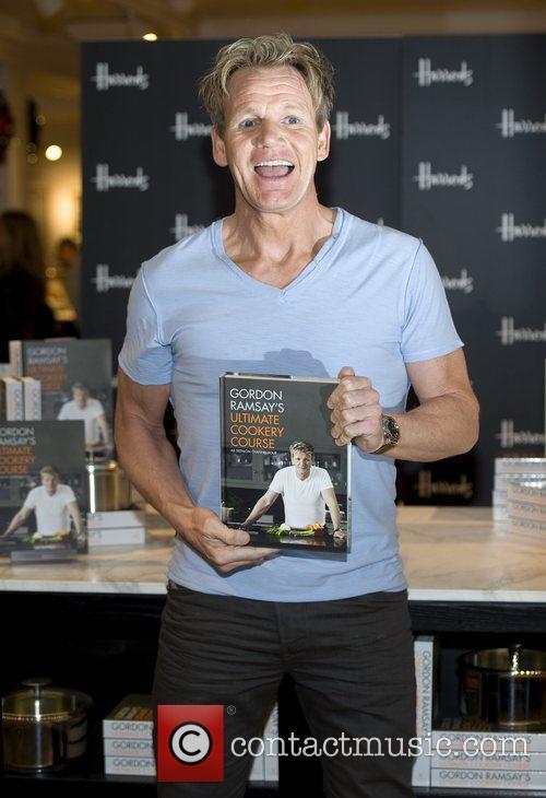 gordon ramsay signs copies of his latest 4185081
