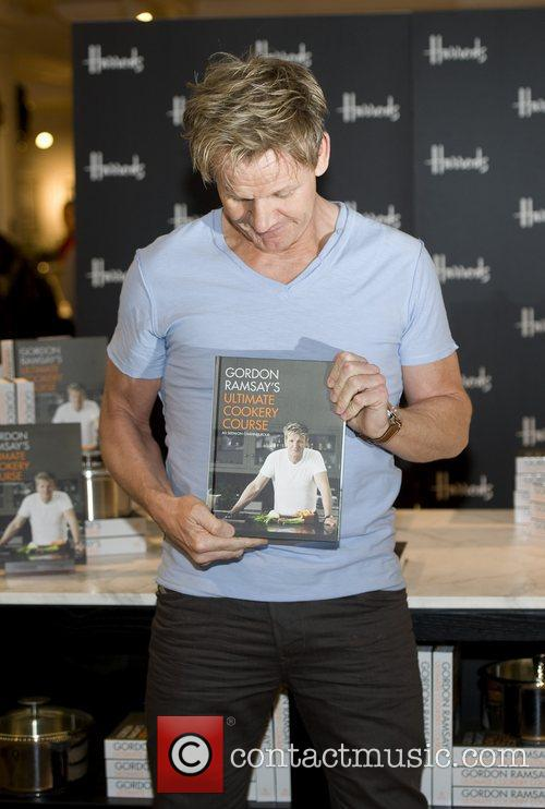 gordon ramsay signs copies of his latest 4185086