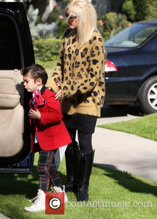 Gwen Stefani and her kids visit her parents...