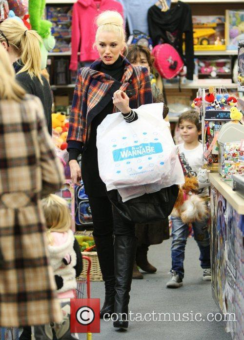 Gwen Stefani and Kingston Rossdale check out the...