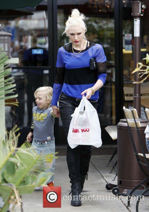 Gwen Stefani and her son Zuma Rossdale grab...