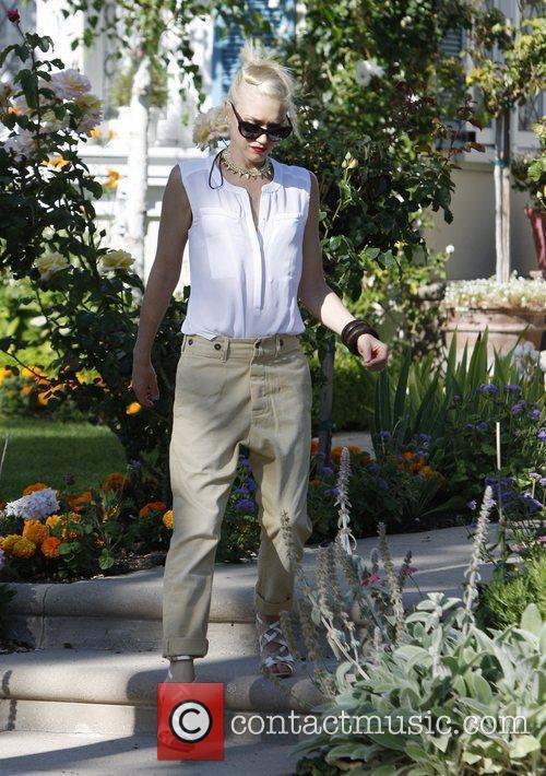 Gwen Stefani arrives at her parents home to...
