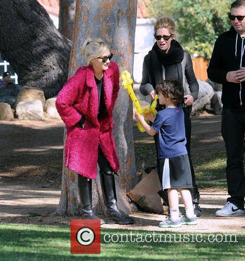 Kingston Rossdale shows hims mother Gwen Stefani a...