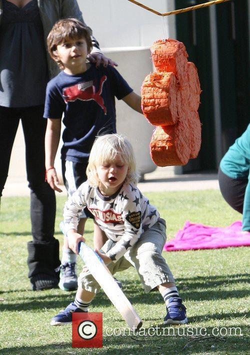 Zuma Rossdale and Kingston Rossdale hitting a pinata...