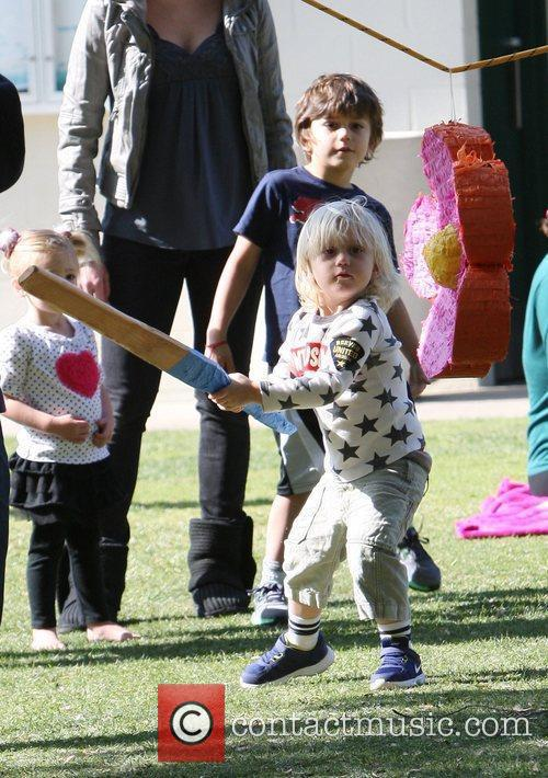 Zuma Rossdalei and Kingston Rossdale hitting a pinata...